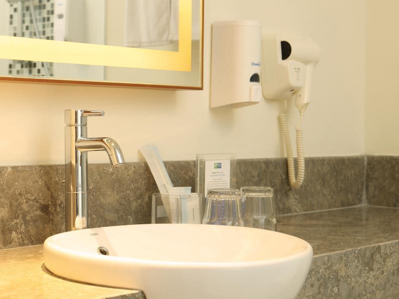 Holiday Inn Bali Kuta Square Bathroom (4)