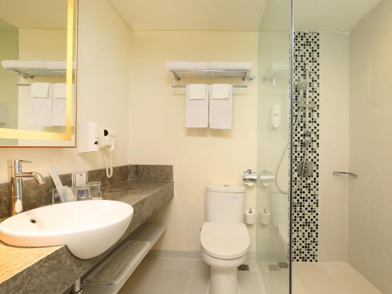 Holiday Inn Bali Kuta Square Bathroom