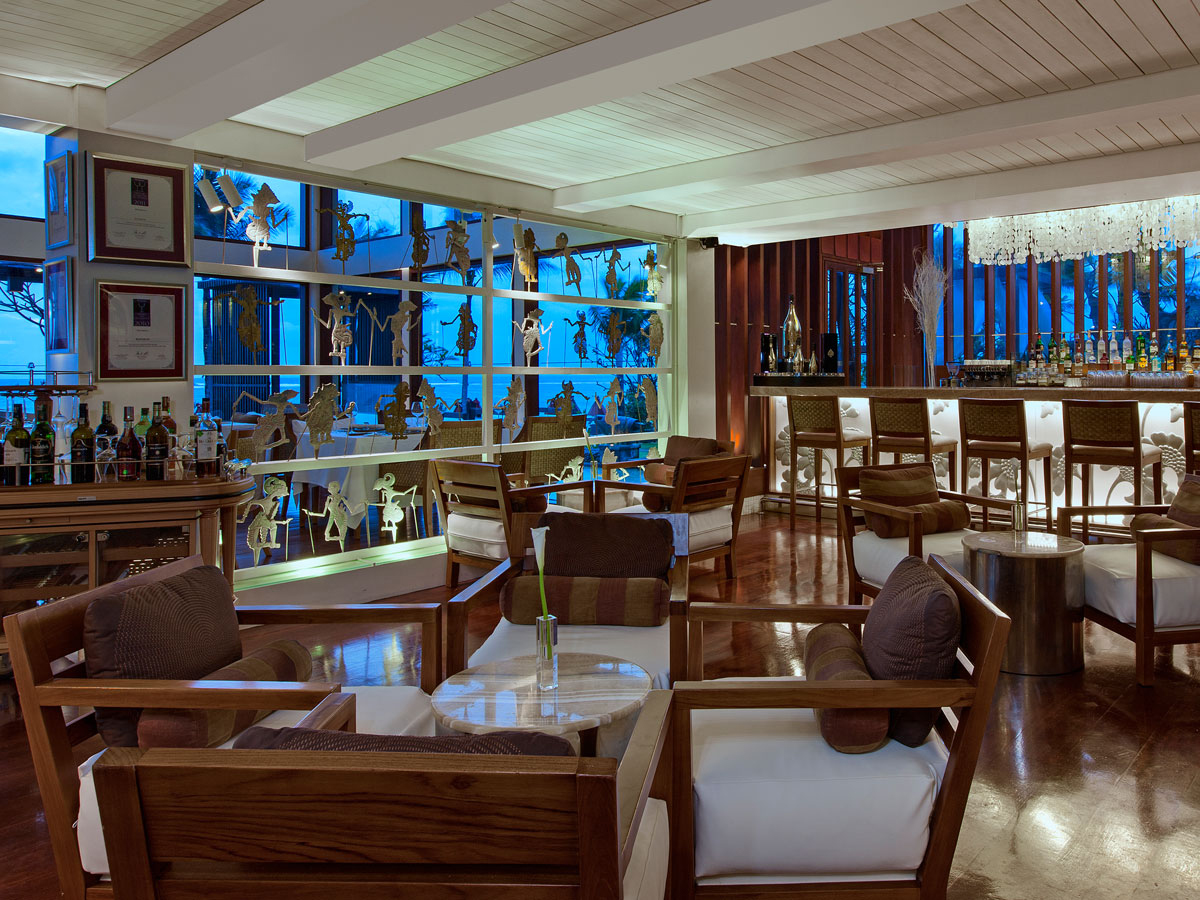Saint Regis-kayuputi_overlooking_bar