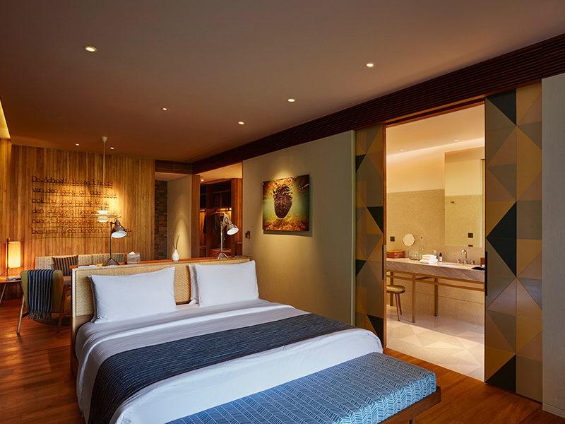 katamama_island_suite_bed_bathroom